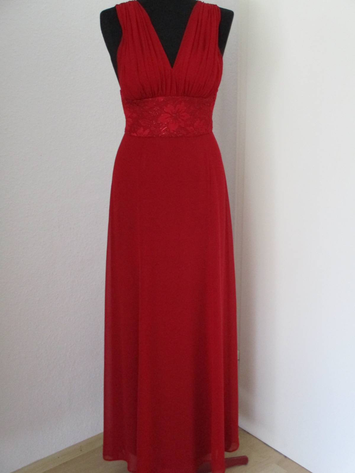 rotes Abendkleid Schulter